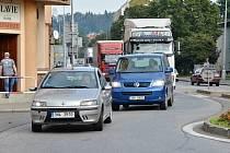 Kolony aut v Pražské ulici v Náchodě.