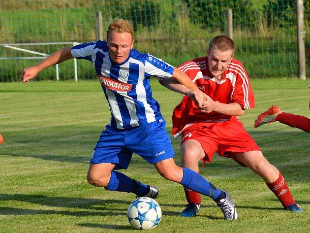 NÁCHODSKÝ Filip Chládek (v pruhovaném) bojuje v utkání s Letohradem.