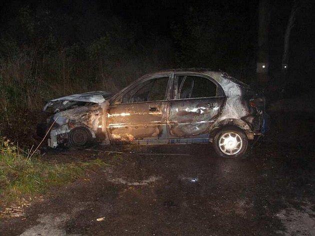 Při nehodě v Jetřichově došlo ke zranění řidiče a shořel automobil.