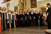 """Oba sbory se spojily pod taktovku finské dirigentky Ruut Kiiski a chrámový prostor vyplnil mohutný a působivý chorál, přednesený nyní sedmdesátičlenným sborem ve skladbě českého skladatele Zdeňka Lukáše """"Alleluja"""""""