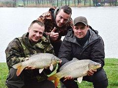 ULOVENÝ KAPR NEBO AMUR musel mít alespoň tři kilogramy. Na snímku jsou rybáři Martin Kazda z Kostelce nad Černými lesy (vzadu), Pavel Hanuš z Pardubic(vlevo) a Martin Kněžík z Ostravy.