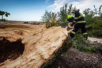 Spadlý strom v České Skalici odklízeli profesionální hasiči z Jaromeře společně s dobrovolnými hasiči z České Skalice. Na místě došlo k padu stromu na silnici a elektrické vedení, které bylo přetrženo.