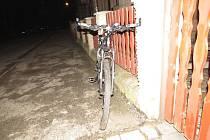 Při vyjíždění z parkovací plochy v Alšově ulici v Olivětíně se střetl osobní automobil tmavé barvy s projíždějícím cyklistou. Automobil přitom cyklistu srazil a z místa nehody pak ujel.