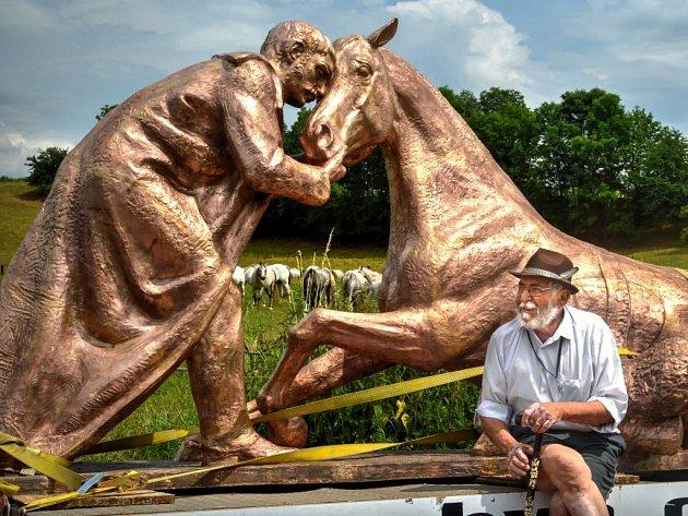 Převoz pomníku padlým koním.