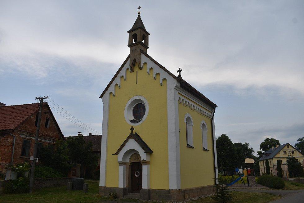 Starosta obce Jiří Plšek na začátku měsíce navštívil na koloběžce všechny české Dolany.