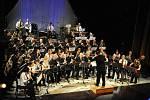 V Jiráskově divadle zpříjemnila předvánoční čas plný shonu Koletova hornická hudba ze Rtyně v Podkrkonoší adventním koncertem.