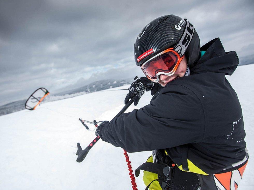 Mezi Rokytnicí a Říčkami v Orlických horách brázdí větrné pláně takzvaní snowkiteři s drakem, který táhne lyžaře či snowboardistu.