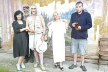 Spisovatel Tomáš Mazal (vpravo) při focení před oponou divadelních ochotníků z Lipí na letošním Dni Výčepního listu v Přibyslavi.Vlevo stojí Lydia Baštecká, ředitelka Okresního archivu v Náchodě, průvodkyně dnešního literárně - hudebního večera v Beránku.