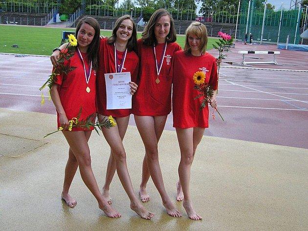 Štafeta dívek ve složení – zleva: Rousková, Ulrichová, Vlčková, Drábková šokovala konkurenci senzačním stříbrem.