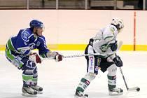 HEROICKÝ výkon předvedli v nedělním podvečeru hokejisté Hronova (v modrém). Ti proti vedoucímu celku tabulky nastoupili pouze v jedenácti lidech, přesto nakonec zvítězili 3:2.
