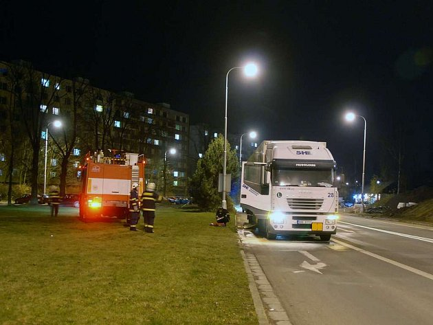 Požár nákladního automobilu v Běloveské ulici v Náchodě.