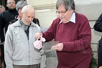POŠTOVNÍ ZNÁMKU se stavebnicí Merkur slavnostně pokřtil vodou z polického pramene Julinka její autor Pavel Sivko (vpravo). Vedle předseda polických filatelistů Miloš Thér.