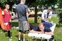 JIŘÍ VONDŘEJC v péči fyzioterapeuta Jiřího Kmínka. Zcela vlevo čeká na jeho ruce také nejlepší český čtvrtkař současnosti, Pavel Maslák.