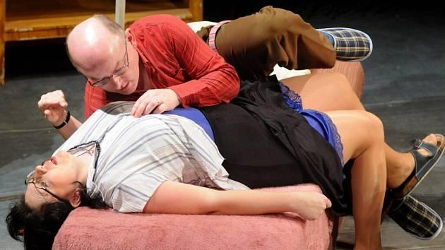 KLÍČE NA NEDĚLI, to je hra, kterou divadelní soubor J. K.Tyla z Meziměstí baví diváky.