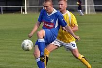 ZÁLOŽNÍK Broumova Jakub Šimon (ve žlutém) se na vítězství svého týmu podílel proměněnou penaltou.