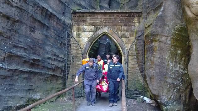 V neděli 9. května krátce po 15. hodině potřebovala pomoc z Adršpašských skal žena. Hasiči ji odnesli na nosítkách.