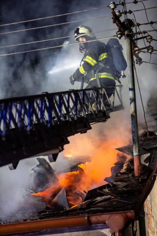 Na Skalce hořel rodinný dům, zranili se tři lidé.