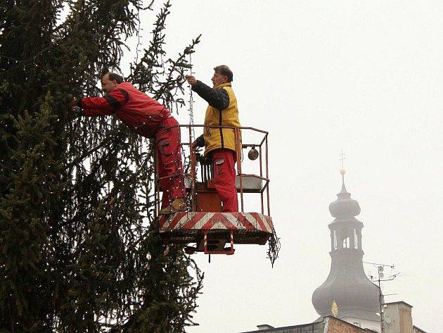 Zdobení vánočního smrku na broumovském náměstí.