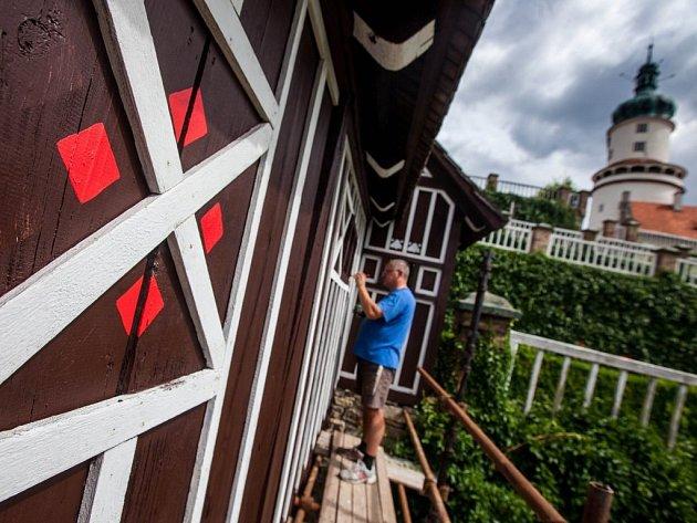 Opravy kryté dřevěné lávky v zahradách novoměstského zámku.