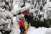 ZA EXTRÉMNÍCH MRAZIVÝCH teplot a v těžko přístupném terénu skalního masivu nacvičovala speciální lezecká skupina hasičů vyhledávání osob se zaměřením na záchranu zraněných a podchlazených osob a jejich transport v obtížných podmínkách skalního terénu.
