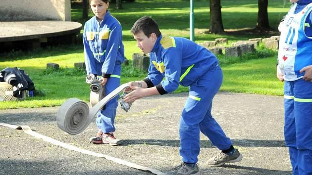 Na čtrnáctý ročník Hronovského poháru mladých hasičů si přijelo poměřit svou připravenost a zdatnost při zdolávání připravených úkolů dvaatřicet pětičlenných hlídek z celého regionu.