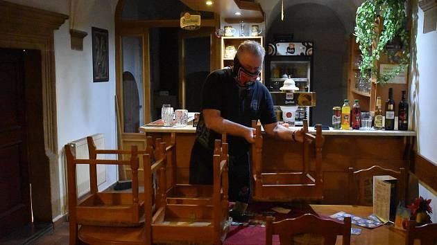 """Ve čtvrtek po 20. hodině bylo v broumovském baru U Votroka prázdno. Provozovatel Martin Ságner otočil židle """"na ježka"""". Kdy bude důvod je připravit pro hosty, nikdo neví. Není ale vyloučeno, že by to mohlo být brzy."""