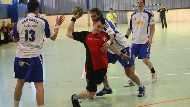 Důraznou obranou Košutky se marně probíjí náchodský Hrachový, který v sobotu gól dát nedokázal.