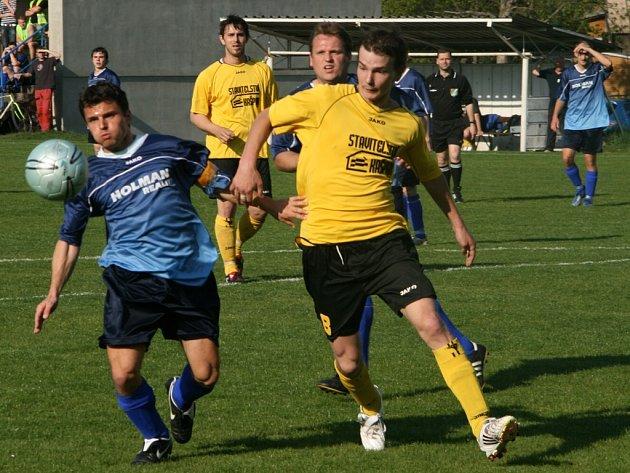 KAPITÁN hronovských fotbalistů Martin Lukášek (vlevo) sice svůj dílčí cíl dát branku splnil, jeho tým však nakonec v domácím prostředí podlehl Albrechticím vysoko 1:7.