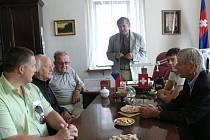 """DELEGACE ze Švýcarska  byla  včera dopoledne přijata na červenokostelecké radnici, kde bylo připraveno malé občerstvení a přípitek. """"Přál bych si, aby naše spolupráce pokračovala i nadále,"""" řekl hostům starosta města Petr Mědílek (stojící)."""