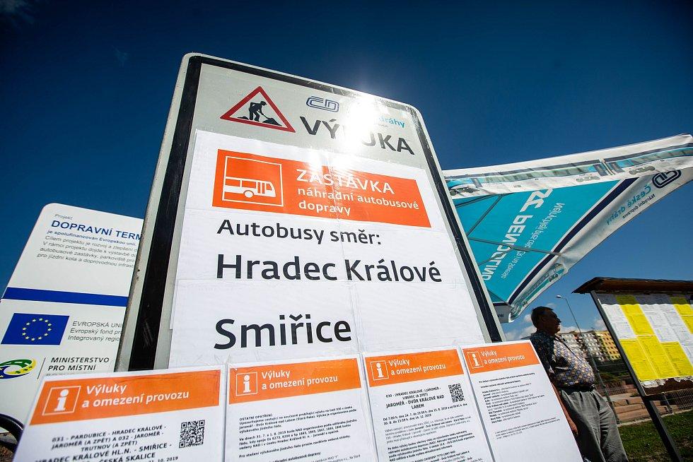 Výluka na trati přes Jaroměř. Zřízena je náhradní autobusová doprava.