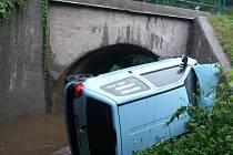 Automobil vyjel mimo vozovku a skončil převrácený na bok v potoce.