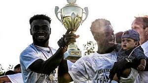 Na jaře slavili s Policí Musa Ansuma (vlevo) a Felix Awuku postup z I. A třídy do krajského přeboru.