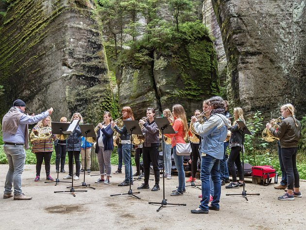 """Kurzy budou doplněné koncertní aktivitou účastníků přímo v broumovském klášteře, hornovým skupinovým """"halali"""" v Adršpašských skalách."""