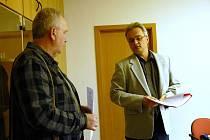 Stavebník Leoš Mallat předává petici sepsanou proti SCHKO Broumovsko. Dokument převzal Libor Hejduk, ředitel odboru výkonu státní správy MŽP v Hradci Králové.