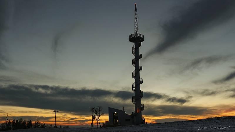 Rozhledna u vrcholu Šibeníku (674 m.n.m.) vznikla z podnětu městyse Nový Hrádek, který pro její výstavbu využil vysloužilý tubus větrné elektrárny. Náklady na výstavbu 47 metrů vysoké kovové rozhledny s infocentrem a parkovištěm činily 16,5 milionu korun.