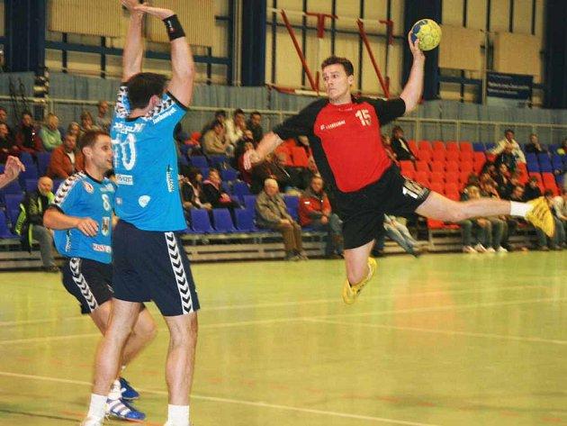 Šesti góly se přoti obraně Přerova prosadil domácí Tomáš Leugner (ve výskoku).