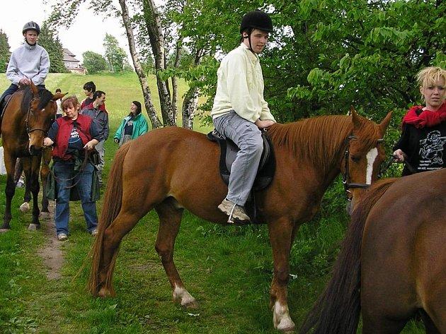 Již dva roky žáci Střední školy v Novém Městě nad Metují mohou jezdit na koních.