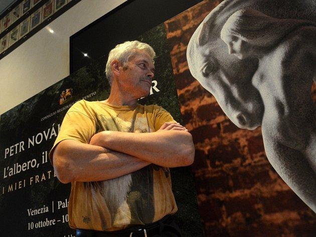 JAROMĚŘSKÝ SOCHAŘ Petr Novák při zahájení své výstavy v Benátkách.