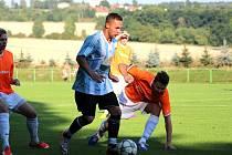 Fotbalisté Provodova (v pruhovaném) hráli s Kostelcem nad Orlicí smírně 3:3, v následných penaltách ale opět padli.
