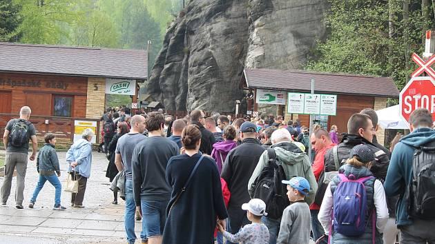 """Před krátkým deštěm se návštěvníci skal schovali ve svých vozech. Jakmile přestalo pršet, vystoupili a upalovali ke vstupu do skal, kde se v mžiku vytvořila desítky metrů dlouhá fronta. Patřili ale k těm """"šťastnějším"""", kteří se do skal dostali."""