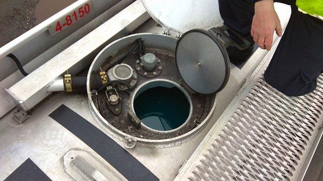 Celníci zadrželi 52 tisíc litrů zvláštních minerálních olejů.