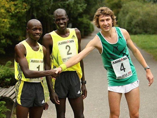 Trojice nejlepších z loňského roku, vedle dvou Keňanů Francise Kimutaie a Mosese Chepkwonyho je novoměstský atlet Kamil Krunka.