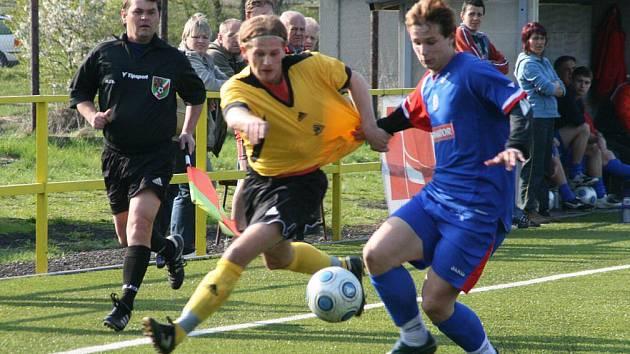 Ústřední postavou svého týmu byl náchodský Matěj Tolda (v modrém), který proti Doudlebám jeden gól připravil a další sám dal.