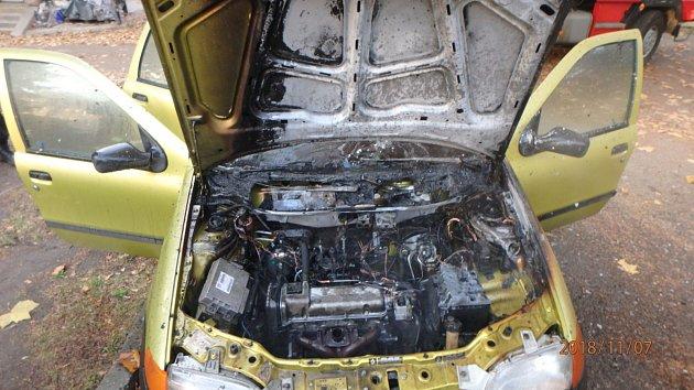 Vareálu nemocnice vJaroměři hořelo auto.
