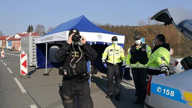 Policisté na přechodu v Náchodě.