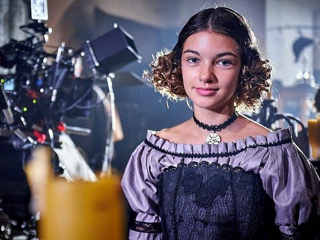 Nelly Řehořová, teprve patnáctiletá zpěvačka z Police nad Metují, nazpívala společně s Terezou Kostkovou úvodní píseň nové rodinné komedie Zdeňka Trošky Strašidla. Zahrála si dokonce i jednu z hlavních rolí.