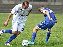 NOVOMĚSTSKÉ fotbalisty (v bílém) čeká v krajském přeboru hodně perné jaro.