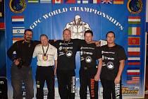 Důvod k úsměvu rozhodně Jiří Havrda (uprostřed) má. Před několika dny totiž v irském Limericku obhájil světový titul v bench pressu.