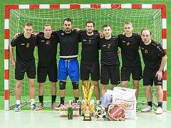 VÍTĚZNÝ CELEK. Čtrnáctý ročník halového fotbalového turnaje Jelichov Cup vyhráli hráči týmu Balón do šprajcu.