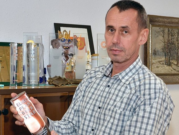 ŘEDITEL pivovaru Josef Hlavatý ukazuje jednu z trofejí, kterou se pivovar může pochlubit.